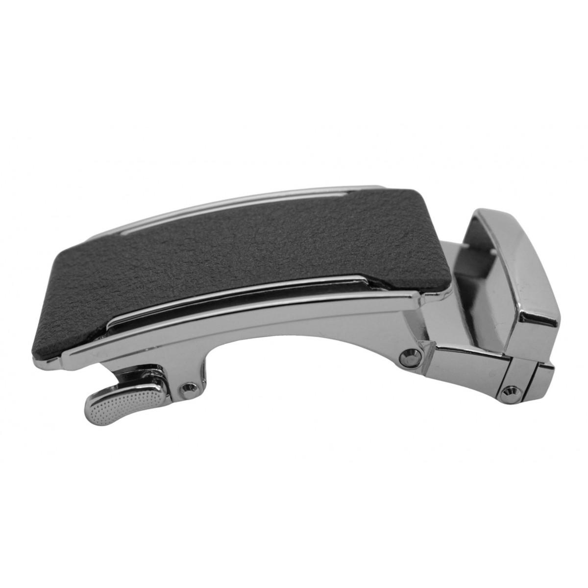 Boucle de ceinture bronze sur fond noir brillant et motifs rayés